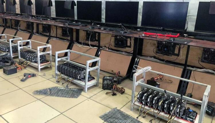 Internet Cyber Cafe Crypto Currency Mining Minage